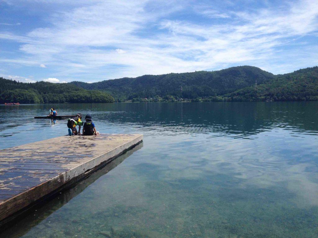 湖畔キャンプ風景