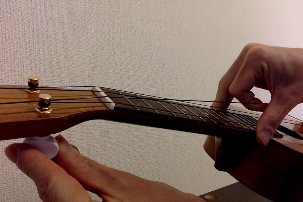 ウクレレの弦はテンションをかけながら巻いていくのがコツ