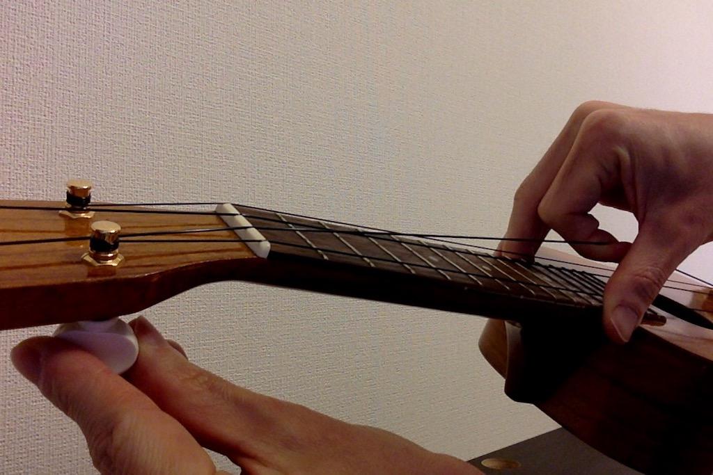 ウクレレの弦はテンションをかけながら巻くのがポイント