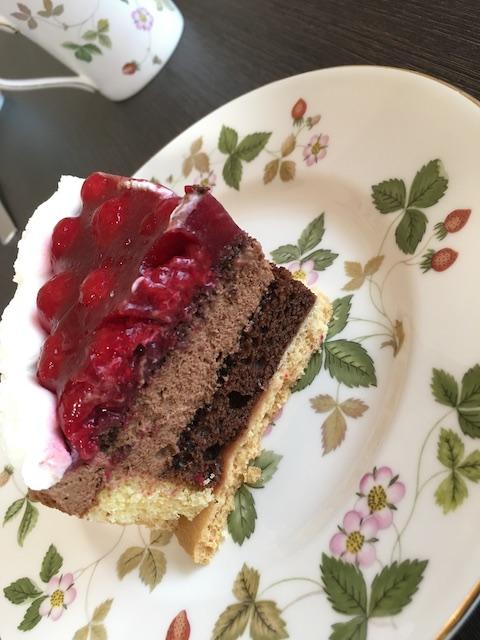 ヴァルトベーレ木苺チョコレートケーキとウェッジウッドの食器