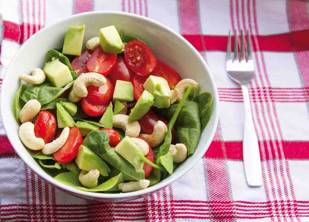 おすすめのナッツの食べ方②:お昼のサラダと一緒に!
