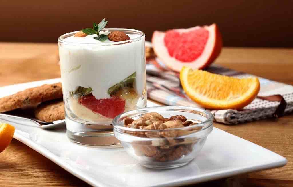 おすすめのナッツの食べ方①:毎朝のヨーグルトと一緒に!