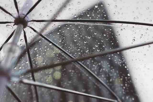 【雨でも傘は持たない】天気を気にせず過ごすミニマルスタイル